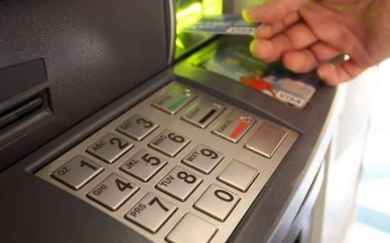 карта в банкомате, что делать
